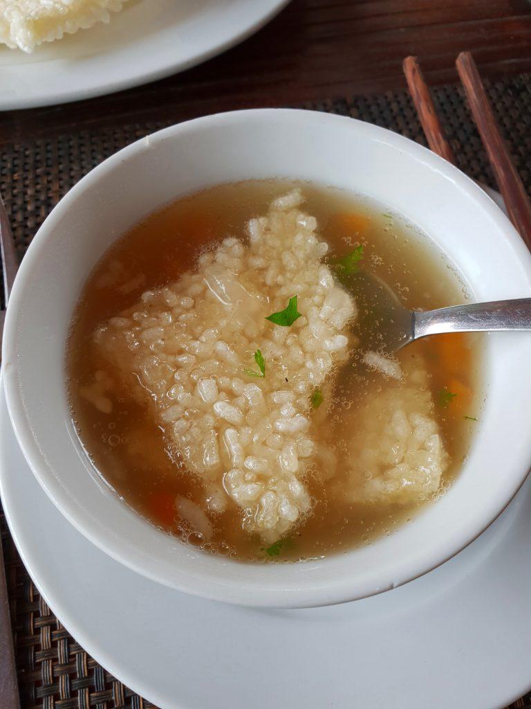 Suppe mit Puffreis