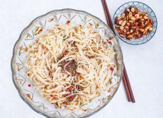 Scharfer Reisnudelsalat mit Erdnüssen